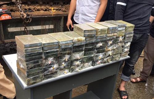 Số heroin được cảnh sát phát hiện trong máy xúc. Ảnh: Bảo Sơn