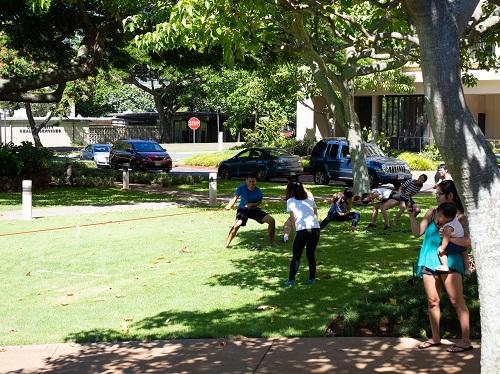 Keanu (áo xanh) tìm thấy những điểm tương đồng giữa một số trò chơi dân gian Việt Nam và Tahiti.Ảnh: Thái Phạm
