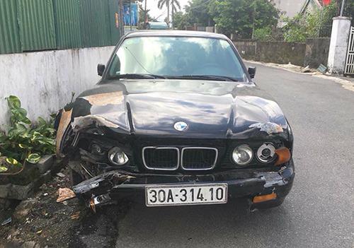 Chiếc BMV bị toạc phần đầu do tông vào hốc cây. Ảnh: Đ.H