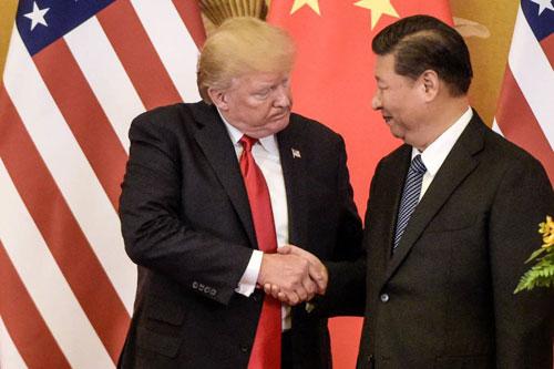 Tổng thống Mỹ Donald Trump (trái) bắt tay Chủ tịch Trung Quốc Tập Cận Bình ở Bắc Kinh tháng 11/2017. Ảnh: AP.