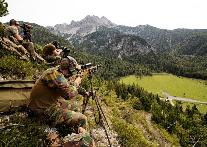 Xạ thủ bắn tỉa NATO luyện ngắm trên núi cao