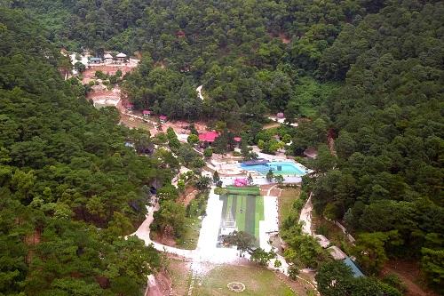 Tổ hợp công trình của Thiên Phú Lâm ăn sâu vào đất rừng phòng hộ. Ảnh: Gia Chính