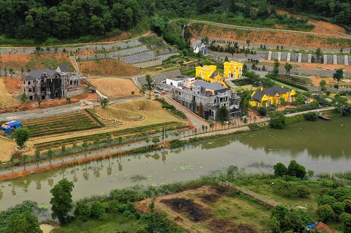 Nhiều lâu đài nguy nga được xây dựng trên đất rừng phòng hộ tại xã Minh Trí. Ảnh: Gia Chính
