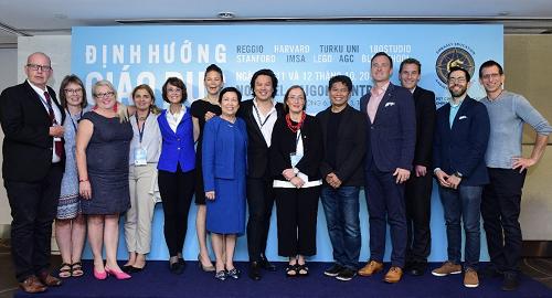 Ông Bùi Vu Thanh (giữa) cùng các diễn giả giáo dục toàn cầu đến Việt Nam diễn thuyết trong hội thảo Seed and Spark Summit 2018.
