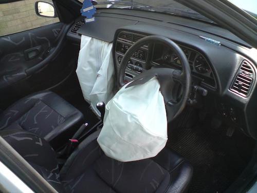 Túi khí nổ trên một chiếc Peugeot. Ảnh: Wiki