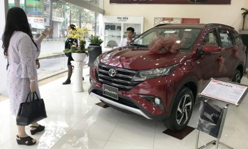 Khách hàng tham khảo xe Rush tại một đại lý Toyota ở TP HCM. Ảnh: Thành Nhạn.