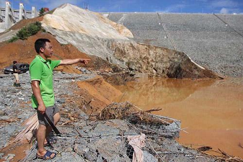 Hầm dẫn dòng thủy điện Sông Bung 2 bị vỡ hồi tháng 9/2016. Ảnh: Đắc Thành.