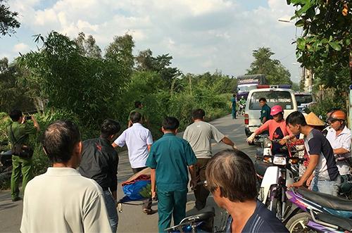 Cảnh sát đưa thi thể nạn nhân rời hiện trường. Ảnh: Sơn Hoà.