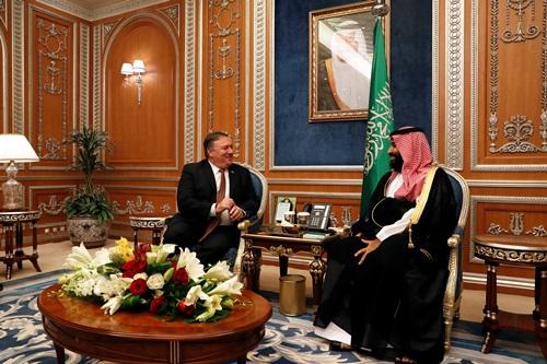 Ngoại trưởng Mỹ Mike Pompeo (trái) và Thái tử Arab Saudi  Mohammed bin Salman trong cuộc gặp tại Riyadh hôm 16/10. Ảnh: Reuters.