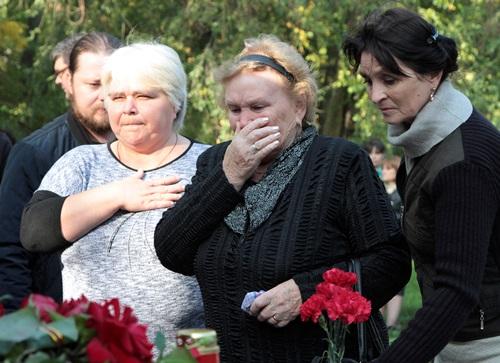Người dân tưởng niệm các nạn nhângần hiện trường vụ xả súngtrường cao đẳng ở thành phố Kerch, Crimea hôm nay. Ảnh: Reuters.