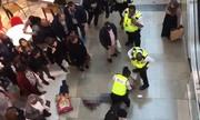 Thanh niên Anh nhảy từ tầng ba trung tâm thương mại, rơi trúng người phụ nữ