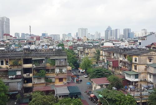 Sau nhiều năm, Hà Nội vẫn đang loay hoay tìm giải pháp để cải tạo lại các chung cư cũ. Ảnh: Võ Hải.