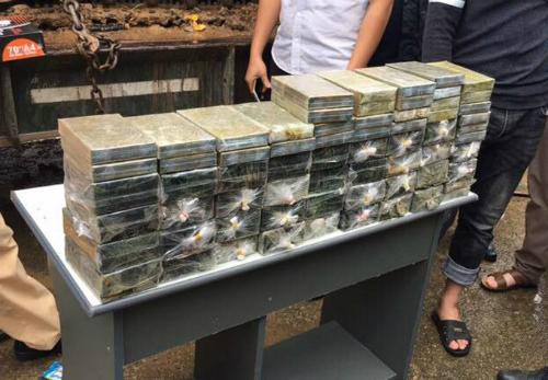 Gần 200 bánh heroin, công an Bắc Kạn mới phát hiện trong gầm máy xúc vào ngày 16/10. Ảnh: Bảo Sơn
