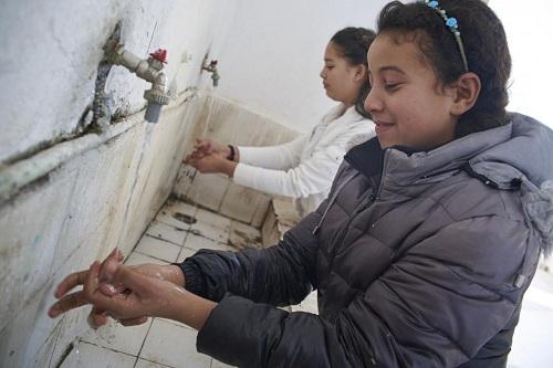 Trẻ rửa tay trước bữa trưa tại trường học ở Tunisia. Ảnh: UNICEF