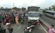 Ôtô tải tông ba xe máy ở Sài Gòn, 2 người chết