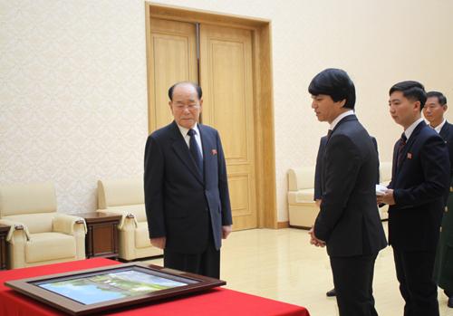 Đại sứ Việt Nam Lê Bá Vinh, thứ hai từ phải sang, trao bức tranh cho ông Kim Yong-nam, Chủ tịch Quốc hội Triều Tiên. Ảnh: Đại sứ quán Việt Nam tại Triều Tiên.