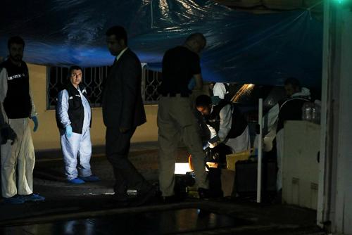 Các chuyên gia pháp y Thổ Nhĩ Kỳ và quan chức Arab Saudi ở sân sau lãnh sự quán Arab Saudi tại Istanbul hôm 18/10. Ảnh: Reuters.