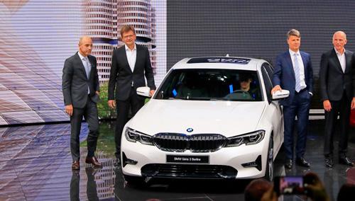 Các quan chức cấp cao của BMW trong lần ra mắt series 3 thế hệ mới tại triển lãm Paris. Ảnh: Carscoops.