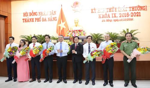 Bí thư Thành ủy Đà Nẵng Trương Quang Nghĩa tặng hoa chúc mừng các nhân sự nhận nhiệm vụ mới. Ảnh: Nguyễn Đông