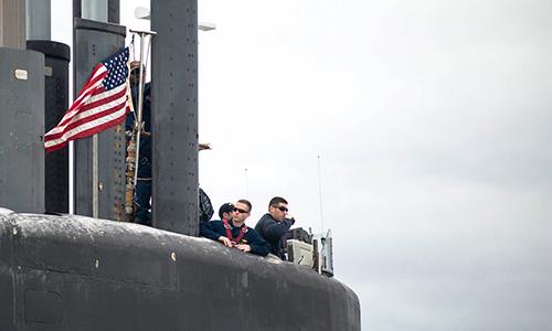 Thủy thủ trên tháp chỉ huy tàu ngầm USS Tennessee khi con tàu quay về căn cứ tàu ngầm  Kings Bay. Ảnh: US Navy.