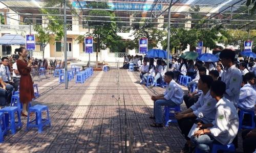 Mentor Nguyễn Cát Tiểu Giang chia sẻ về cơ hội ngành công nghệ thông tin với học sinh Sơn Tây.