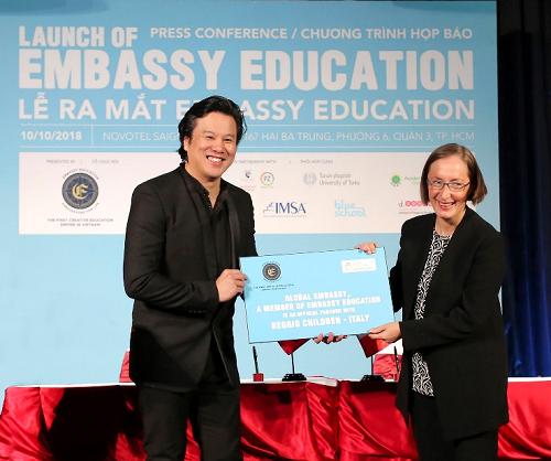Ông Bùi Vu Thanh, Nhà sáng lập Tổ chức giáo dục Embassy Education (trái) và Giáo sư Claudia Giudici, Chủ tịch Tổ chức Reggio Children (Italia) ký kết hợp tác chiến lược.