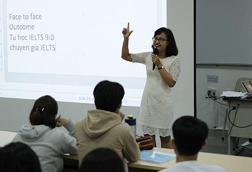 Chị Nguyệt Minh trong buổi nói chuyện về Phương pháp học ngoại ngữ với 200 sinh viên Vở TP HCM. Ảnh: NVCC
