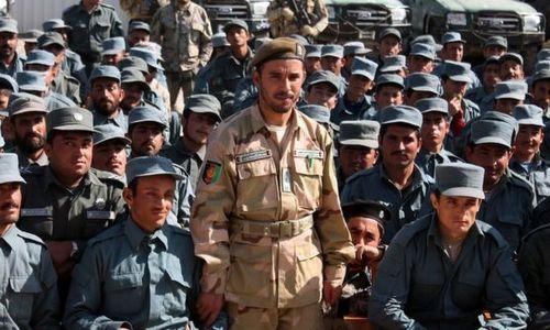 Tướng Raziq (đứng), người thiệt mạng trong vụ ám sát. Ảnh: BBC.