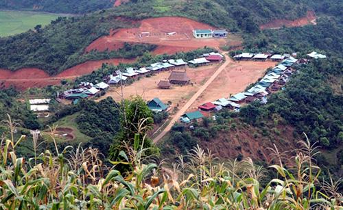 Một ngôi làng dân tộc Cơ Tu, huyện Tây Giang được sắp xếp. Ảnh:Đắc Thành.