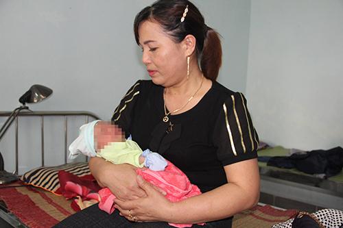 Nghe tin cháu bé sơ sinh bị bỏ rơi, nhiều bà mẹ đến trạm y tế cho cháu bú nhờ. Ảnh: Quang Hà