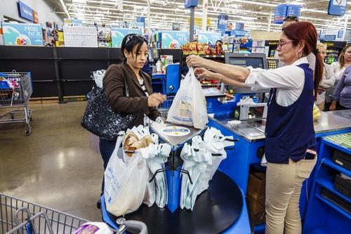 Trước vụ kiện, Walmart bắt buộc nhân viên thu ngân phải đứng làm việc. Ảnh: Fortune.