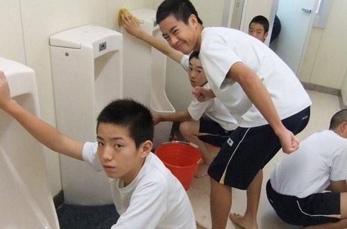 Dọn vệ sinh là cơ hội để học sinh Nhật Bản chuyện trò, kết thân. Ảnh: Quora