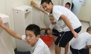 Học sinh Nhật Bản tự dọn dẹp lớp học, nhà vệ sinh