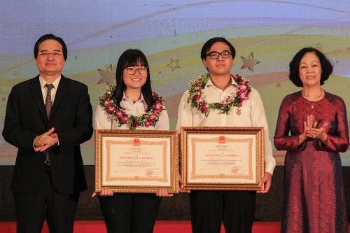 Trưởng ban Dân vận Trung ương Trương Thị Mai và Bộ trưởng Giáo dục - Đào tạo Phùng Xuân Nhạ trao huân chương lao động hạng ba cho hai học sinh. Ảnh: Dương Tâm