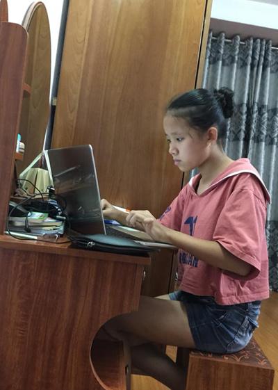 Nguyễn Phương Linh (13 tuổi, Hà Đông) say sưa đọc tài liệu liên quan đến lập trình