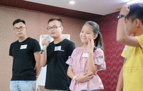 Nữ sinh 13 tuổi vui vẻbên các bạn cùng lớp.