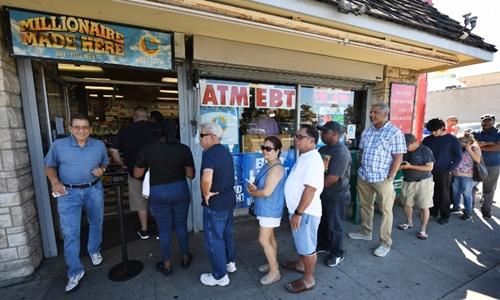 Người dân xếp hàng mua xổ số Mega Millions ở California ngày 19/10. Ảnh: AFP.