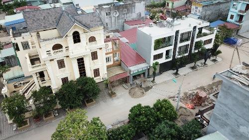 Trong số dần 300 căn nhà xây dựng trái phép trong khu đất quốc phòng rộng 14,2 ha, nhiều căn được xây dựng hiện đại, từ 2-5 tầng. Ảnh: Giang Chinh