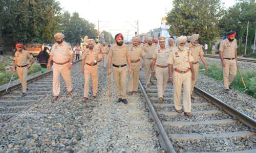 Cảnh sát Ấn Độ khám nghiệm hiện trường sáng nay. Ảnh: AFP.