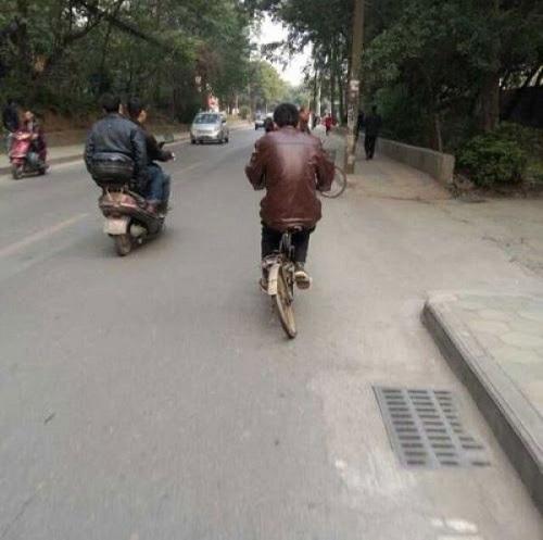 12 giờ, xe đạp lang thang xuống phố.