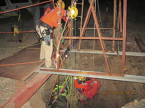 Lực lượng cứu hộ tại mỏ vàng nơi ông John Waddell bị mắc kẹt hai ngày. Ảnh: AP