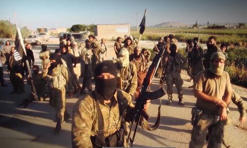 Phiến quân IS trước một trận đánh ở miền nam Syria hồi năm 2017. Ảnh:Almasdar News.