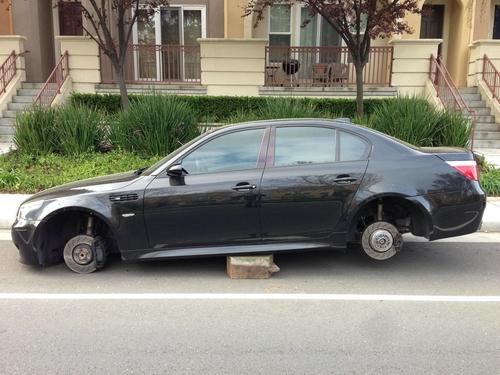 Kẻ trộm nâng xe lên cao rồi tháo cả 04 bánh.