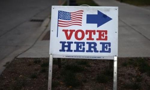 Bảng chỉ dẫn điểm bỏ phiếu trong cuộc bầu cử tổng thống Mỹ năm 2016. Ảnh: Reuters.