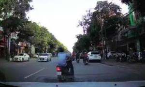 Bị xe máy đánh võng chặn đầu, tài xế ôtô nên làm thế nào?