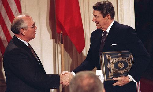 Tổng thống Liên Xô Mikhail Gorbachev và Tổng thống Mỹ Ronald Reagan sau lễ ký kết Hiệp ước INF ngày 8/12/1987. Ảnh: AP.