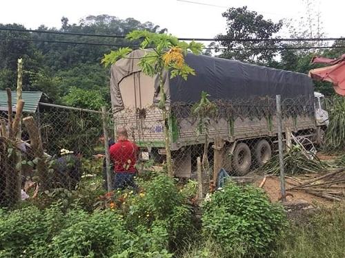 Chiếc xe tải lao thẳng vào sân vườn của nhà dân. Ảnh: Laocai