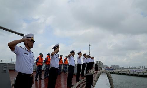 Cán bộ, thủy thủ tàu 015 Trần Hưng Đạo thực hiện nghi thức chào cảng. Ảnh: Báo Hải quân,