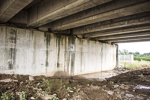 Cầu VD 09B bị nước thấm chảy xuống gầm cầu. Ảnh: Chương Lê.