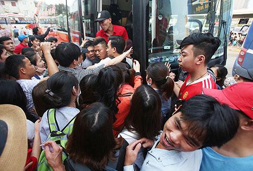 Người dân chen lấn lên ôtô về quê dịp 30/4/2017 tại bến xe Mỹ Đình, Hà Nội. Ảnh: Ngọc Thành